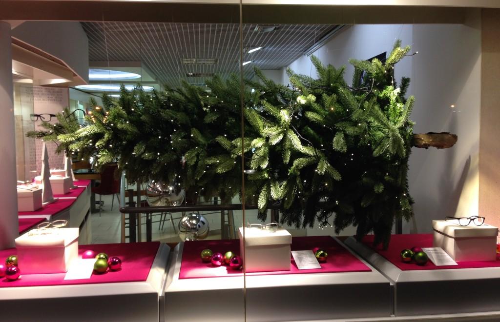 Weihnachtsbaum-im-Schaufenster