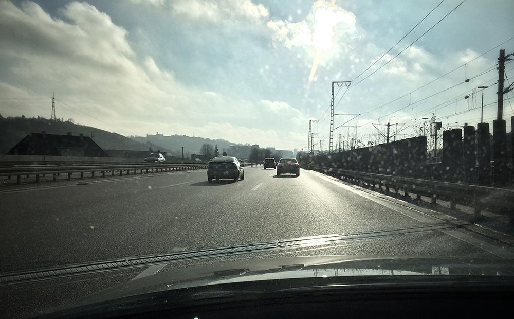 strasse-blendet-beim-autofahren